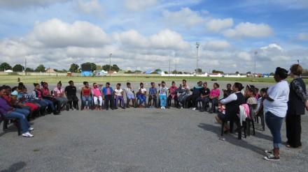 Leerders sit in 'nhalfmaan gedurende 'n vakansieprogram wat deur George Munisipaliteit seMaatskaplike Ontwikkelingsdienste aangebied is by Rosemoor Sportgronde.