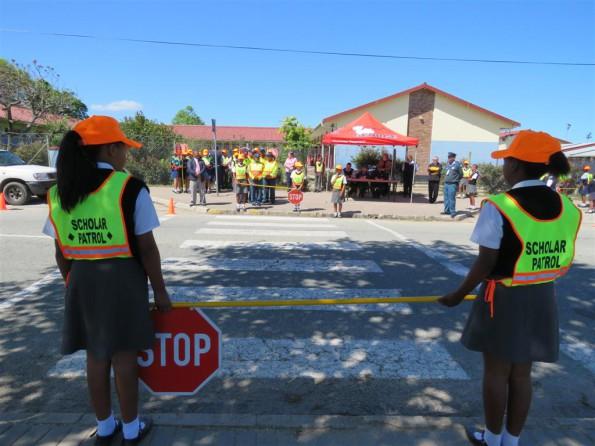 Die leerders van Dellville Park Primêr besig met hul praktiese toets gedurende die skolierpatrollie kompetisie